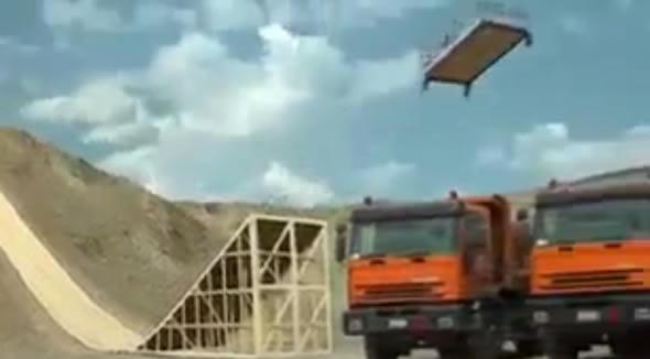 Casal salta com uma cama sobre vários caminhões! Será verdade? (foto: Reprodução/YouTube)