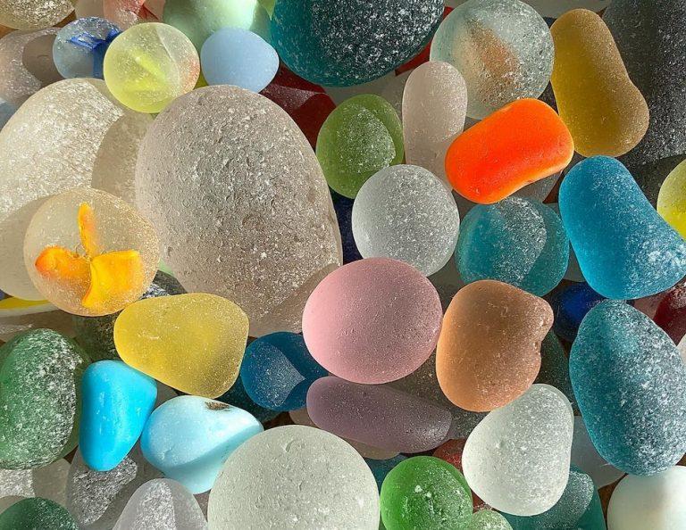 Foto mostra a areia do mar vista sob um microscópio?