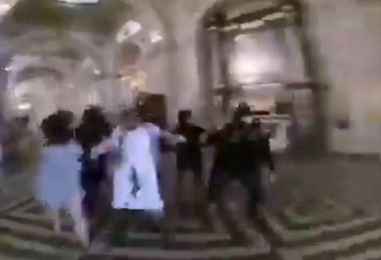 Vídeo mostra um padre sendo atacado por comunistas no Chile?