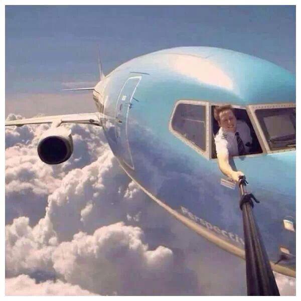 Piloto tira a melhor fotografia dele mesmo com a ajuda de um pau de selfie! Será que essa imagem é real? (foto: Reprodução/Facebook)