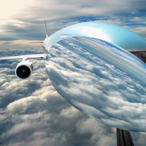 Para dar o efeito do reflexo das nuvens na fuselagem, é preciso colar as nuvens na frente do avião!