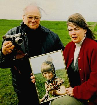 Jim Templenton e sua filha voltam, algumas décadas depois, ao local da foto! (foto: Reprodução)