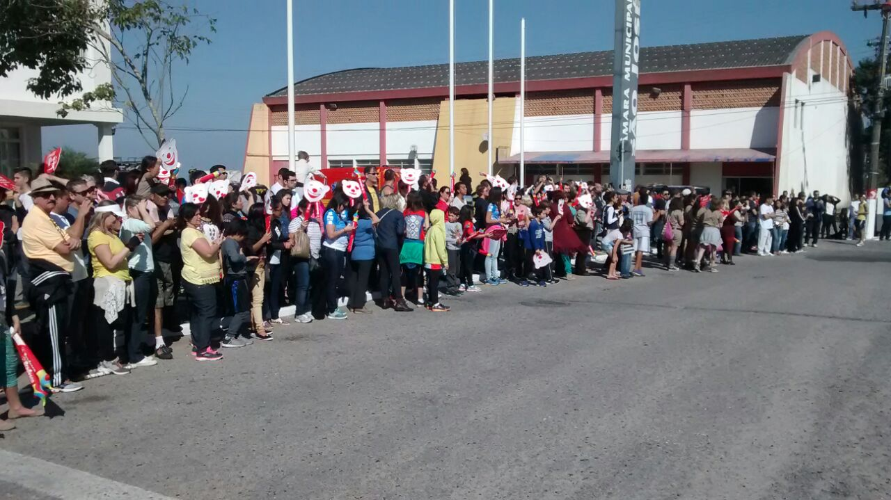 Moradores de São José aguardavam a passagem da tocha no início da tarde de domingo (10) Foto:Odemar de Andrade/RBS TV