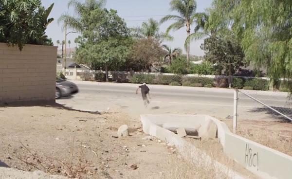 Rapaz desce por uma valeta com skate e morre atropelado! Será?