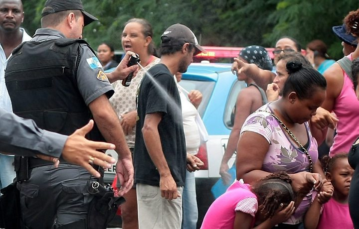 Foto mostra policial jogando spray de pimenta em crianças!