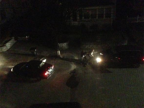 Andrew Kitzenberg fotografou o momento em que os irmãos Dzhokhar, de 19 anos, e Tamerlan Tsarnaev, de 26, enfrentaram a polícia durante a fuga. Segundo ele, o círculo vermelho mostra uma bomba em uma panela de pressão que foi usada pelos suspeitos logo após a foto ser tirada (Foto: Andrew Kitzenberg/Onhand/Divulgação)