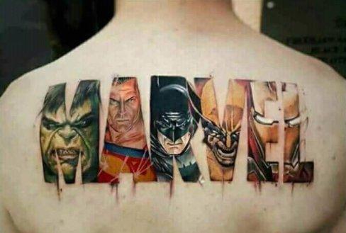 Um jovem fez uma tatuagem da Marvel errada com o Batman e Superman?