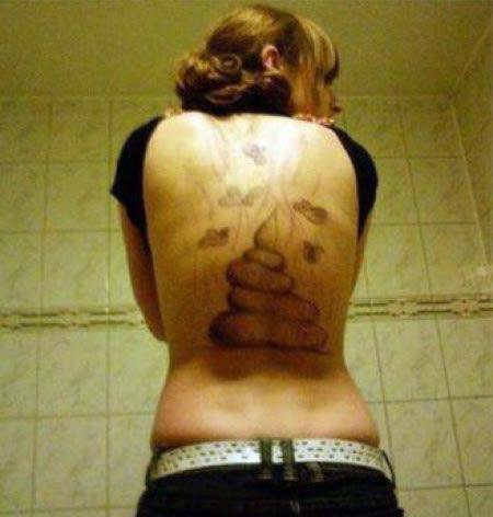 Namorado traído tatua fezes nas costas da ex! Verdadeiro ou falso?