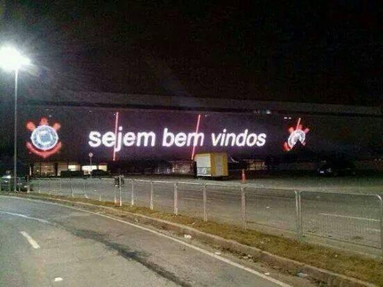 """""""Sejem Bem Vindos"""" - Painel de leds do estádio do Corinthias mostra erro de grafia! Verdadeiro ou falso? (foto: reprodução/Facebook)"""