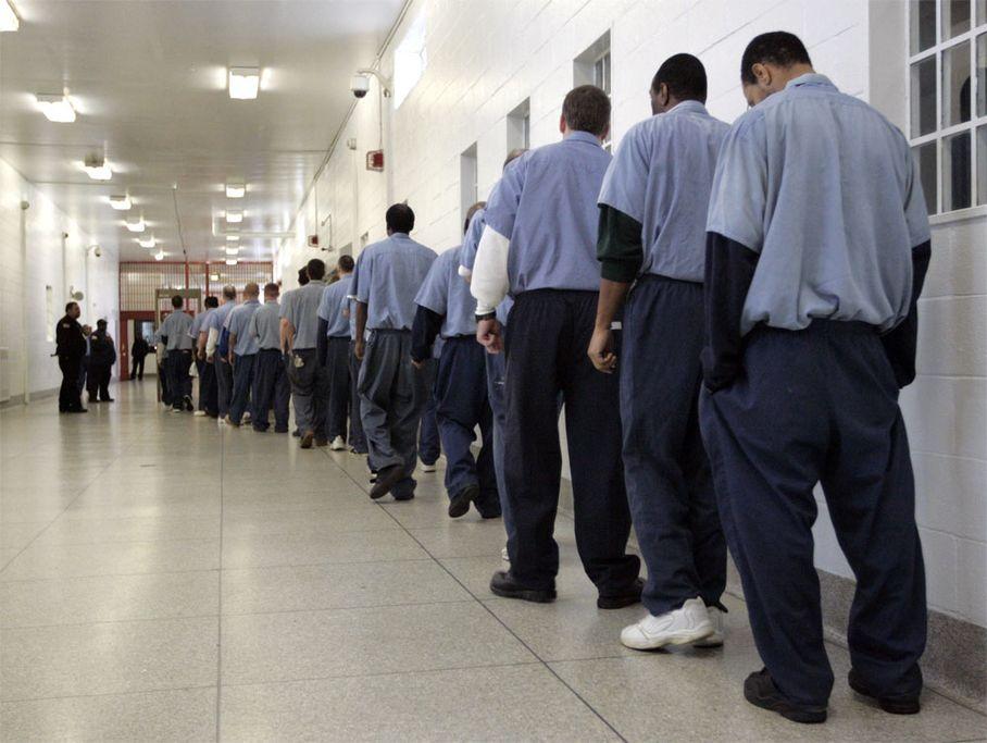 Foto tirada em 2011 de prisioneiros em fila para passarem por um detector de metais! (foto: Reprodução)