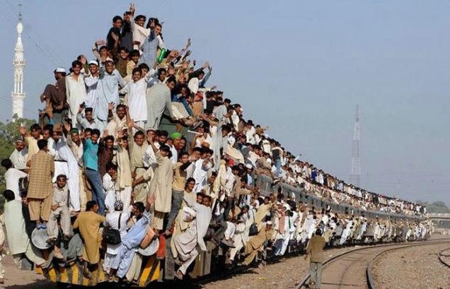 Mais um dia normal no transporte público na Índia! Será verdade? (foto: Reprodução)