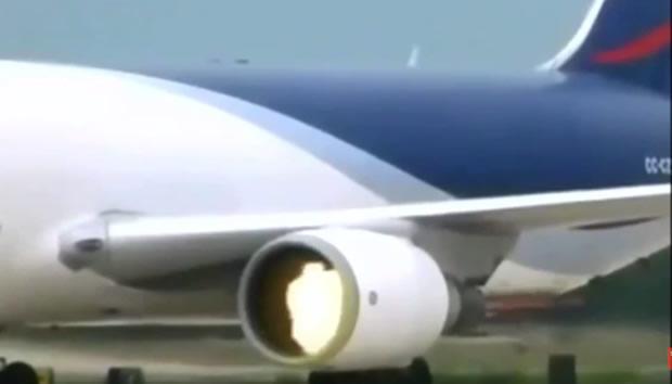 Homem é sugado por turbina do avião! Será verdade? (foto: Reprodução/YouTube)