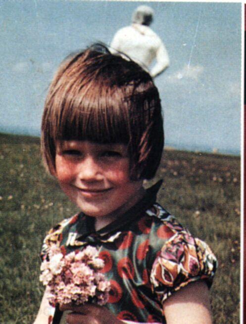 Um astronauta apareceu atrás da garotinha! Que será isso?