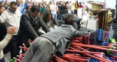 Vassouras ungidas estão sendo vendidas por R$1.000 em igrejas! Será? (foto: Reprodução/Facebook)