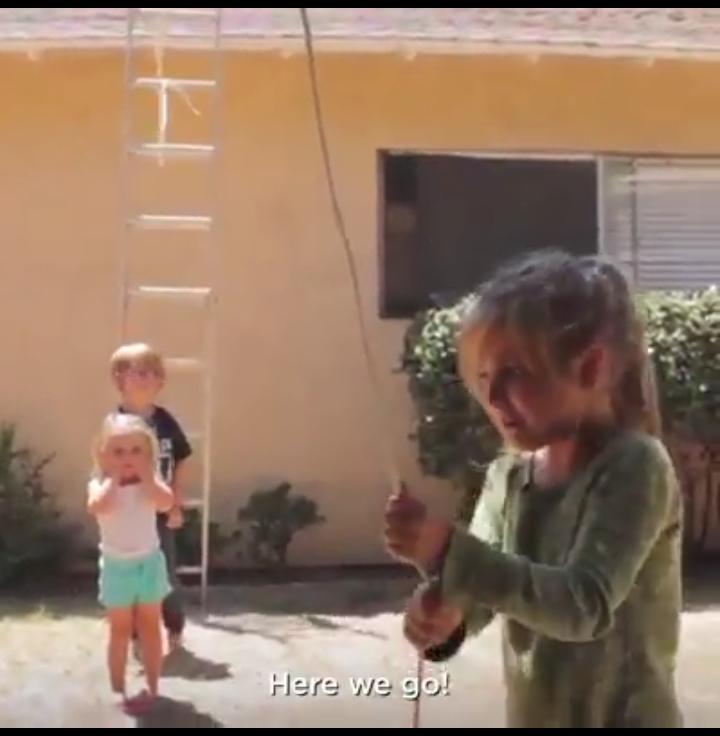 Escada cai em cima de crianças, mas elas saem ilesas! Será?