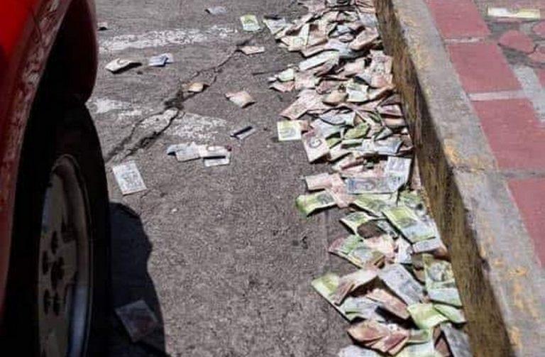 Venezuelanos descartaram notas de dinheiro nas ruas devido a desvalorização da moeda?