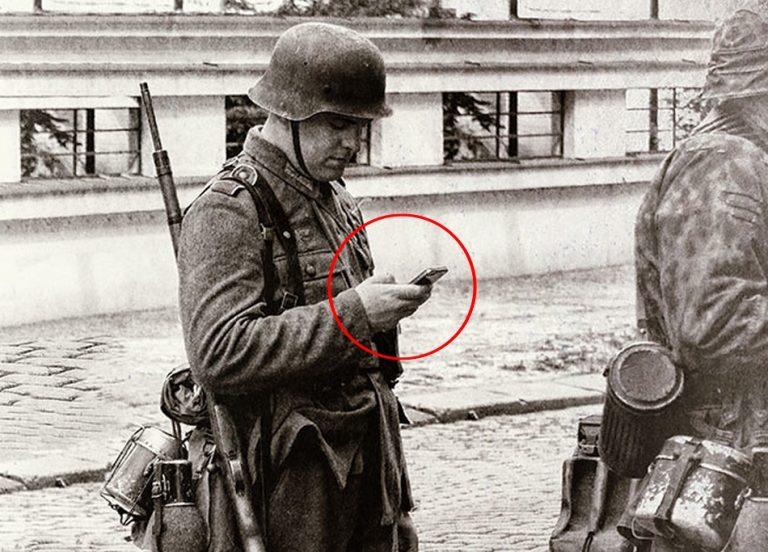 Foto mostra um soldado alemão da Segunda Guerra Mundial segurando um celular?