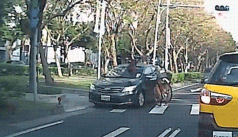 Vídeo de acidente envolvendo uma bicicleta e um carro é verdadeiro ou falso?