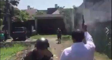 A Polícia tenta abater um zumbi com vários tiros! Será verdade? (foto: Reprodução/Facebook)
